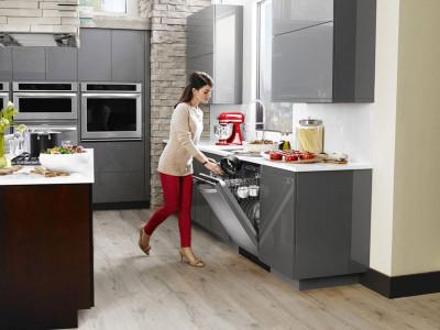 Нелегкая работа посудомойки и первая посудомоечная машина